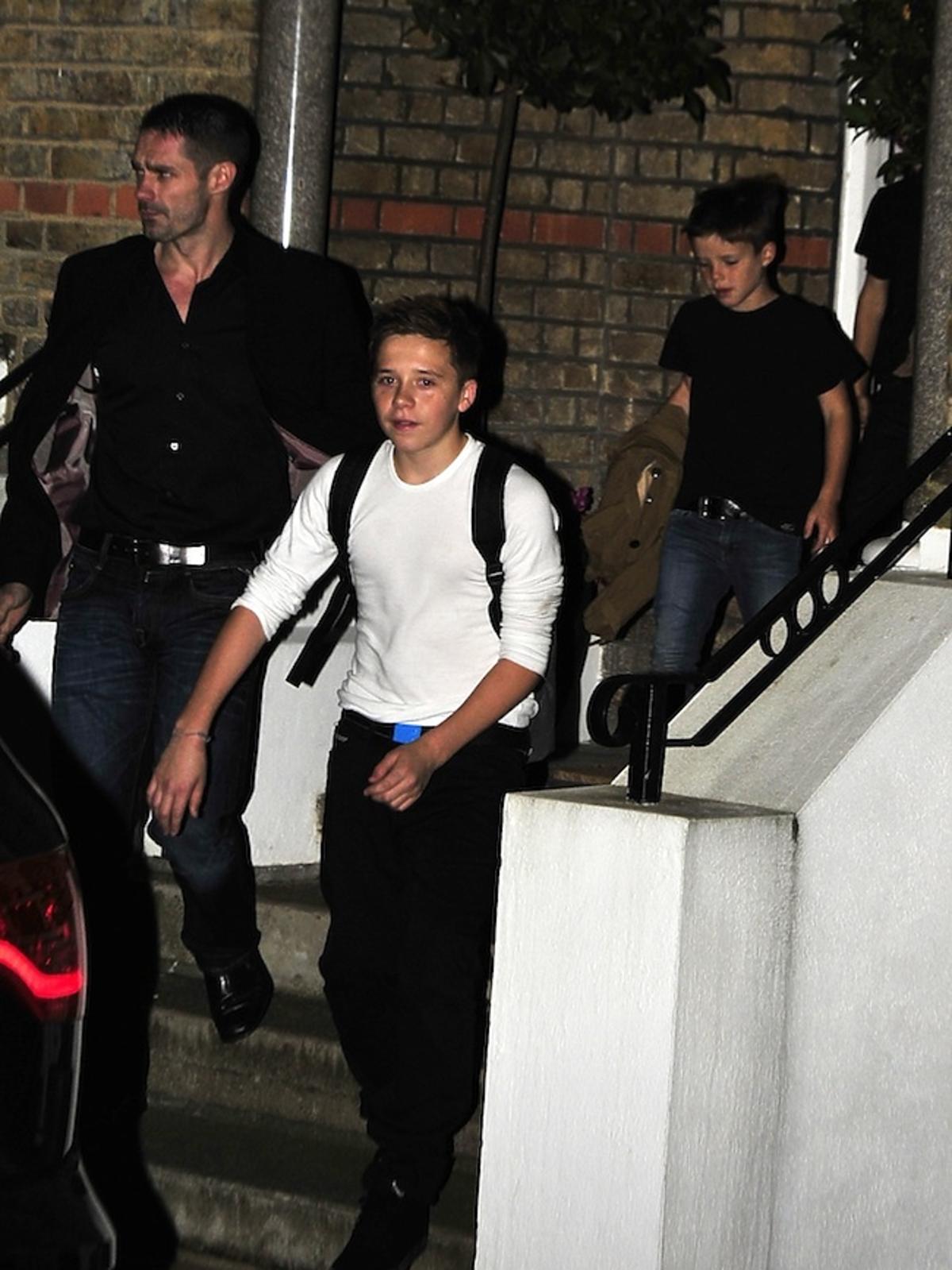 Brooklyn i Cruz Beckhamowie wracają z rodzinnej kolacji w Londynie