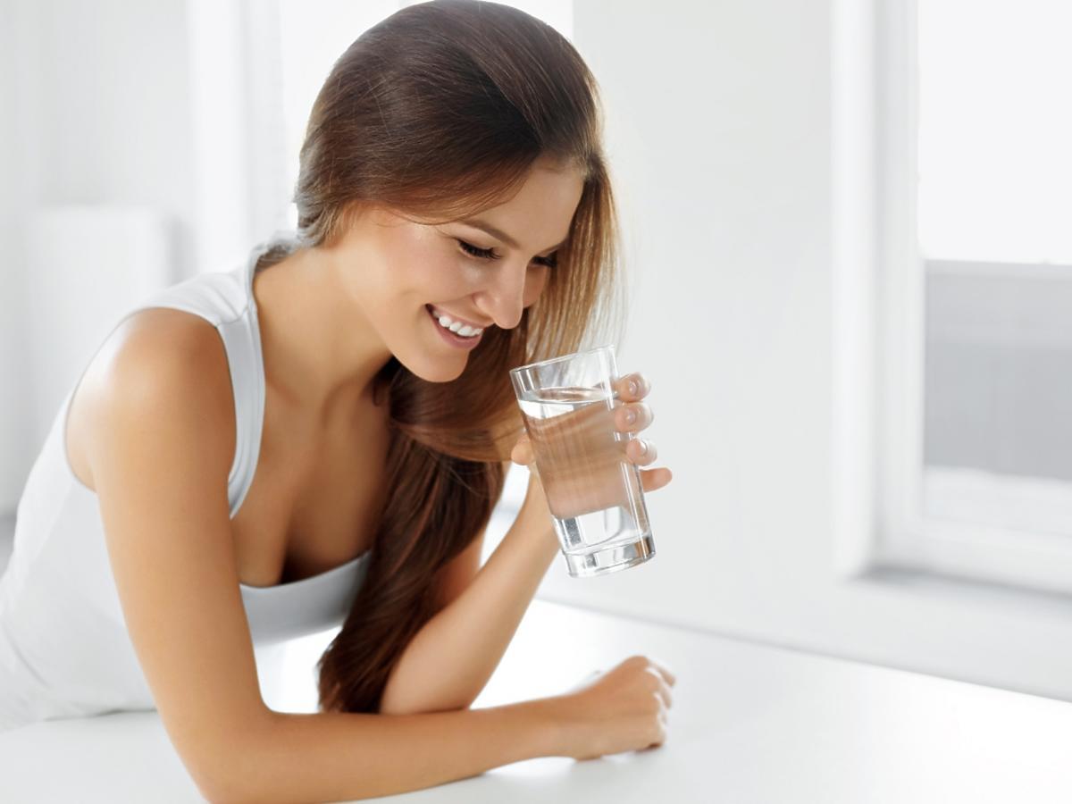 brunetka pije wodę