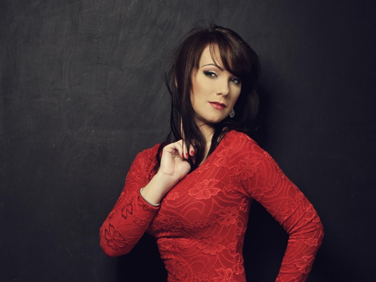 brunetka w czerwonej sukience