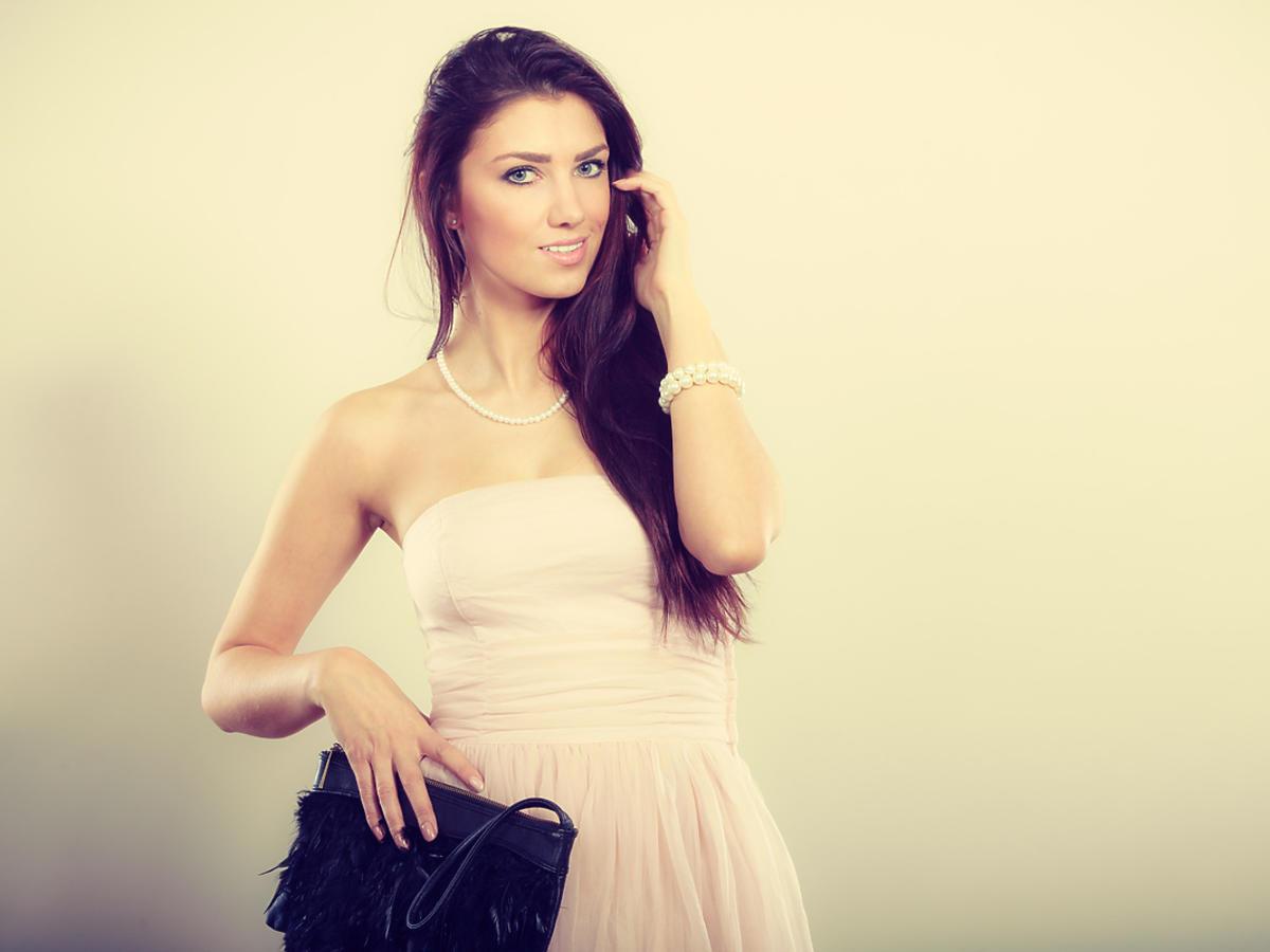 brunetka w jasnej sukience z odkrytymi ramionami