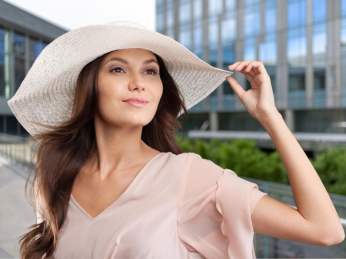 brunetka w kapeluszu i w sukience