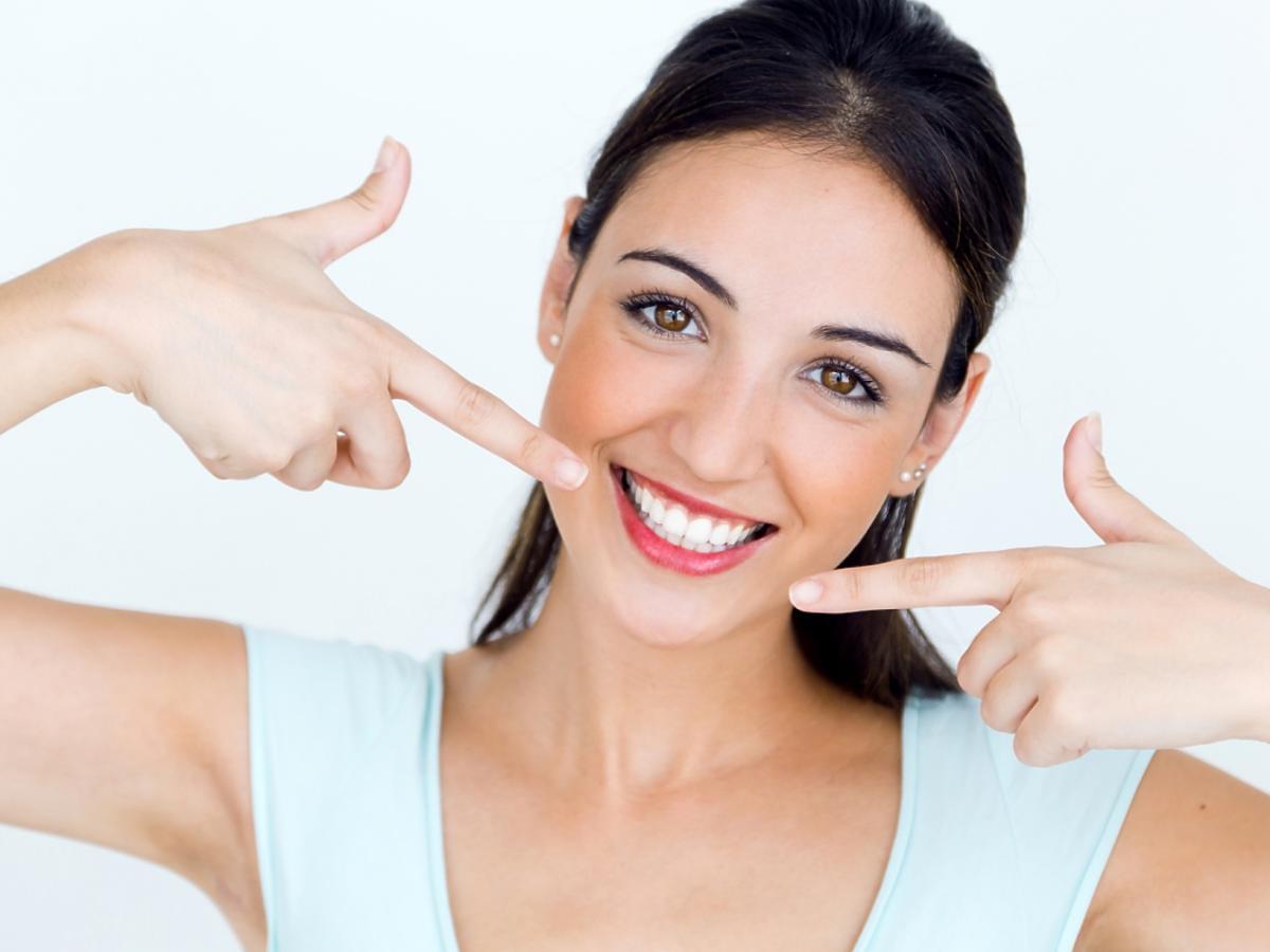 brunetka z białymi zębami
