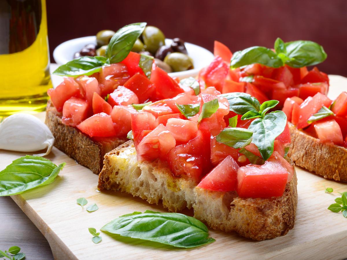 Bruschetta z bazylią i pomidorami
