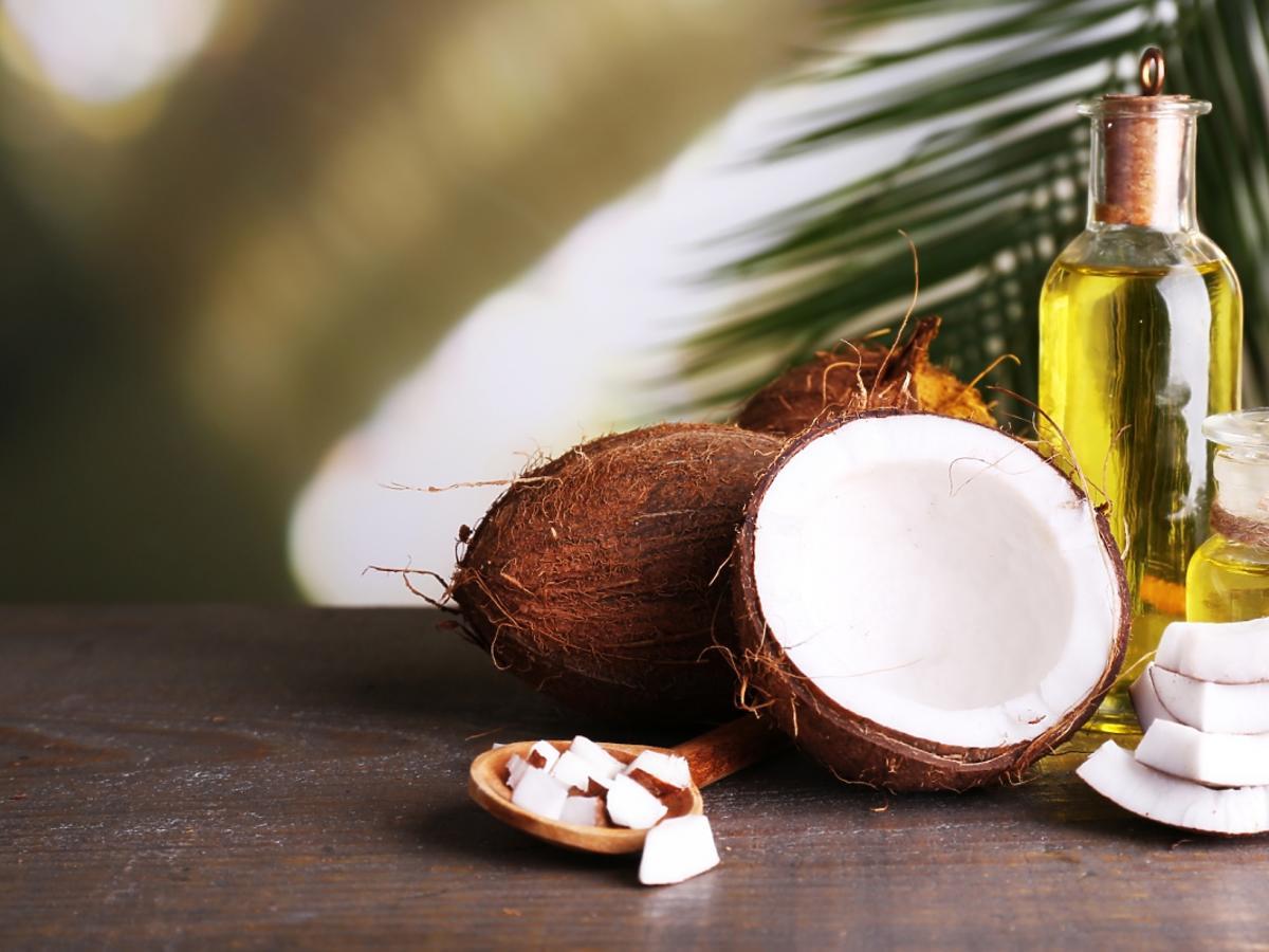 buteleczka z olejem kokosowym