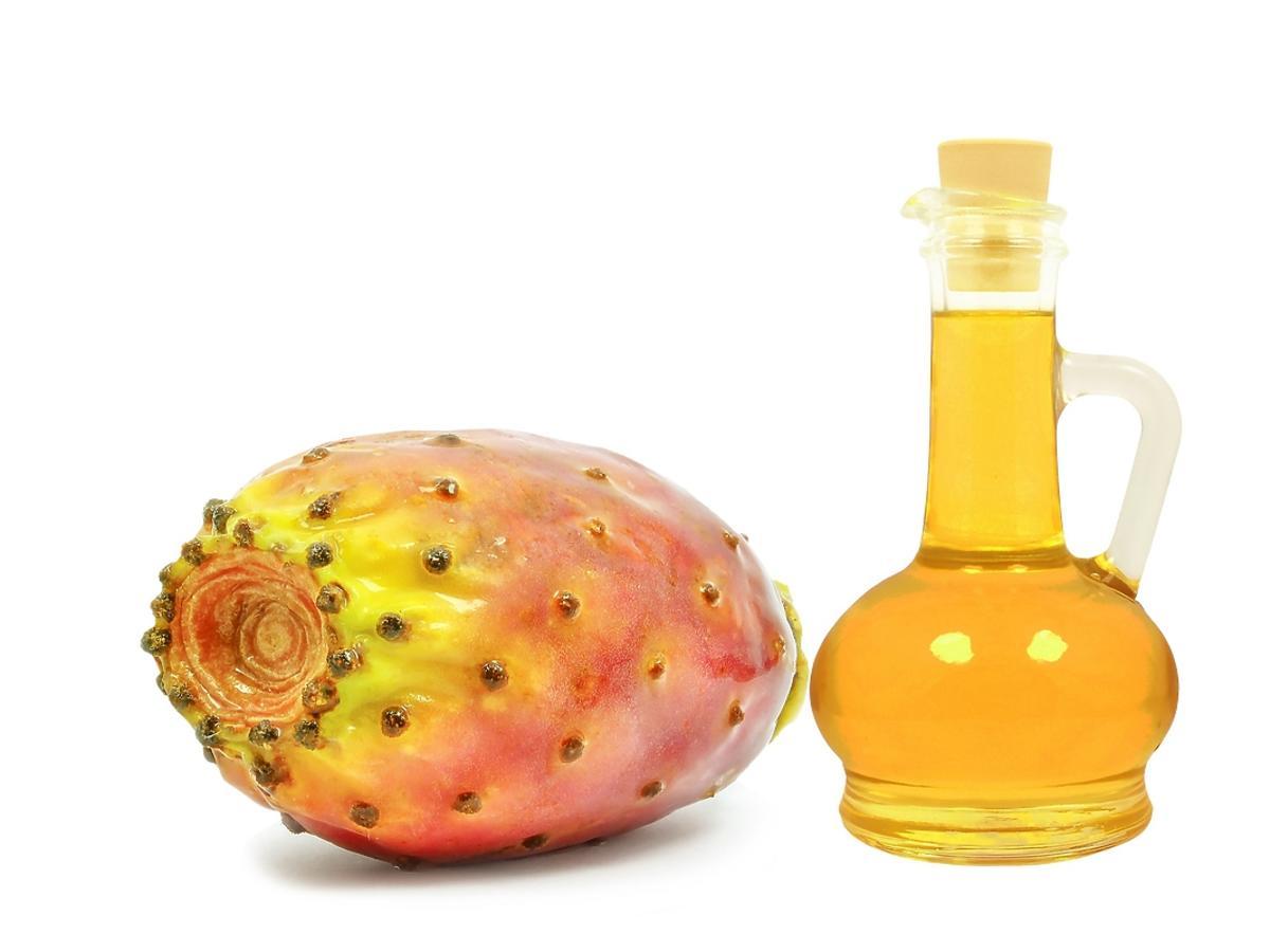 Butelka z olejkiem z opuncji i owoc opuncji
