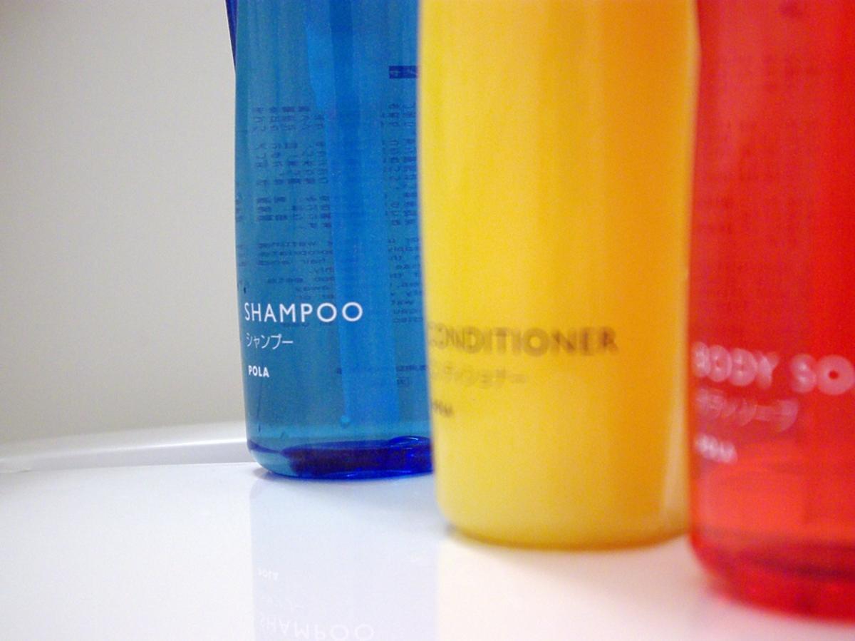 Butelki z szamponem do włosów