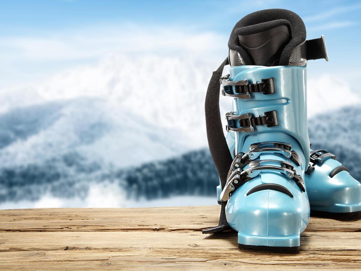 Buty narciarskie na stoku.