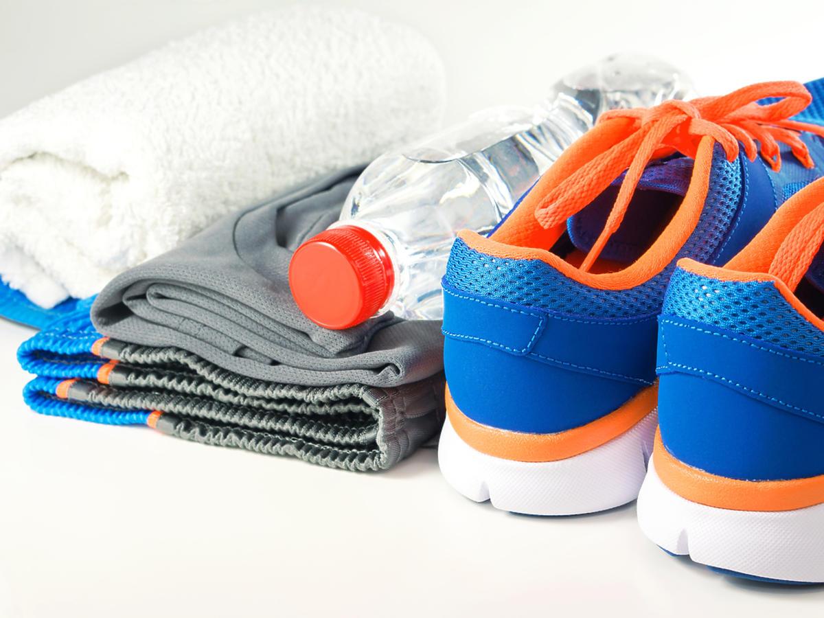 buty sportowe, woda i ręcznik