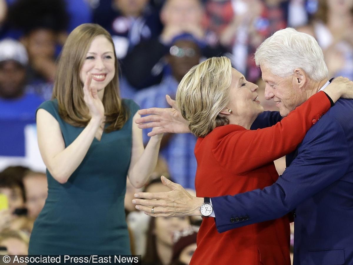 Były prezydent wspiera żonę na finiszu kampanii, tuż obok jest córka