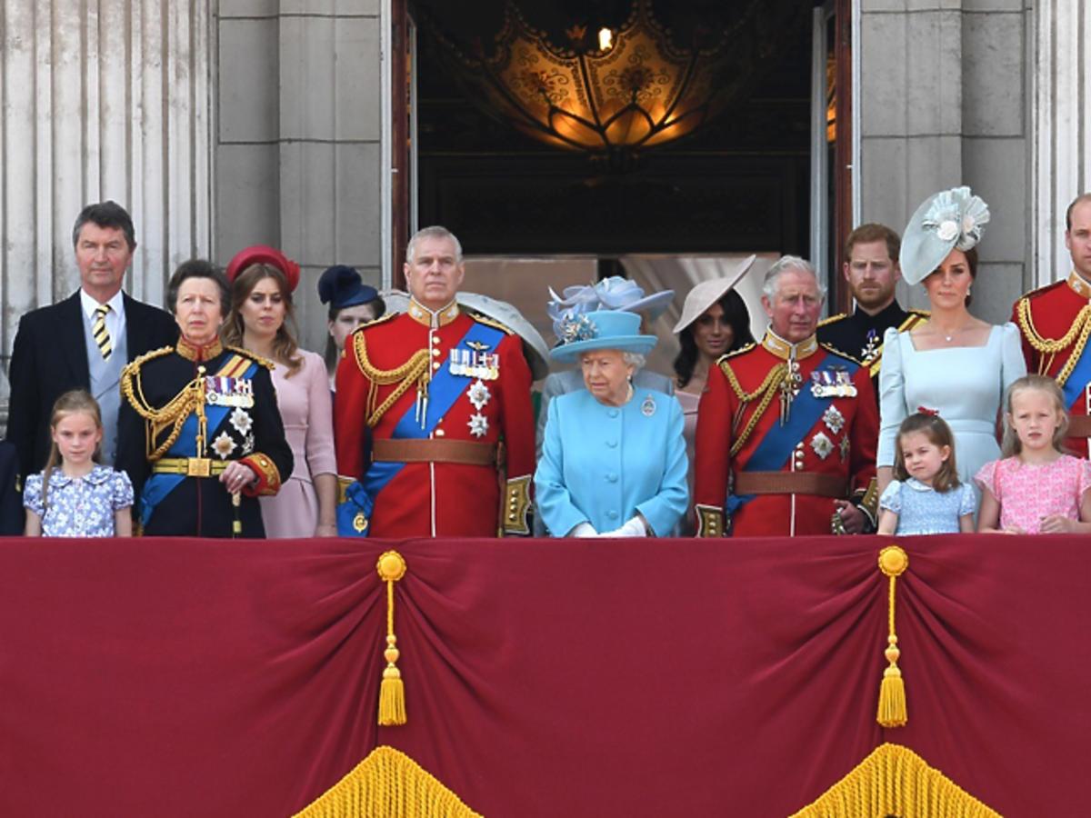 cała rodzina królewska grupowe zdjęcie