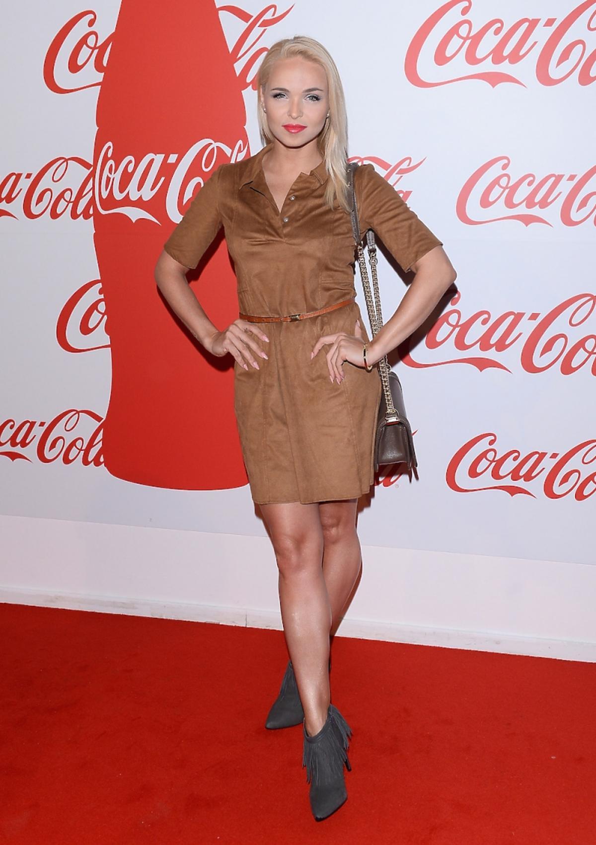 Candy Girl w konikowej sukni, szarych botkach i torbą