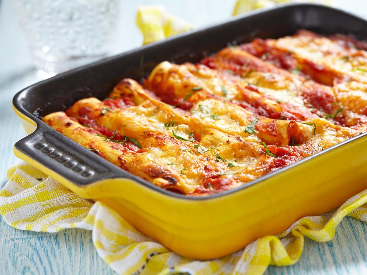 Cannelloni z mięsem w naczyniu żaroodpornym.