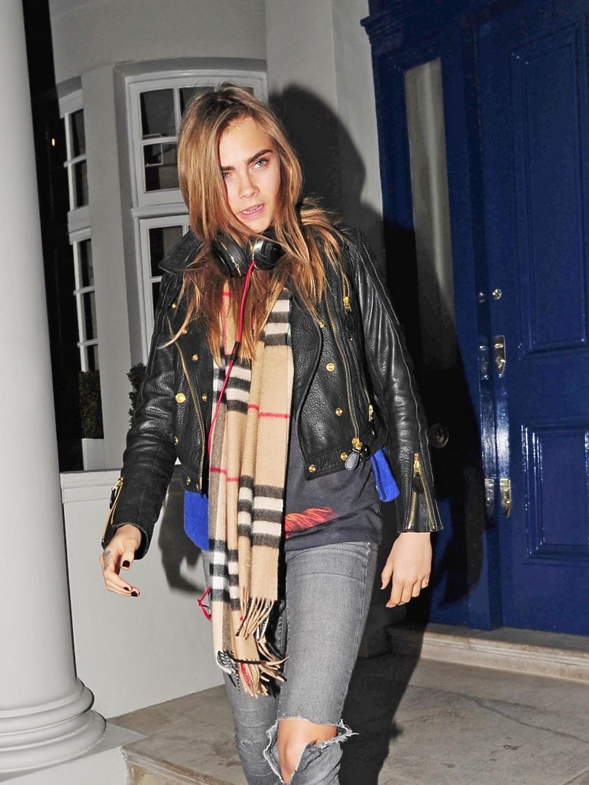 Cara Delevingne na spacerze w modnej stylizacji