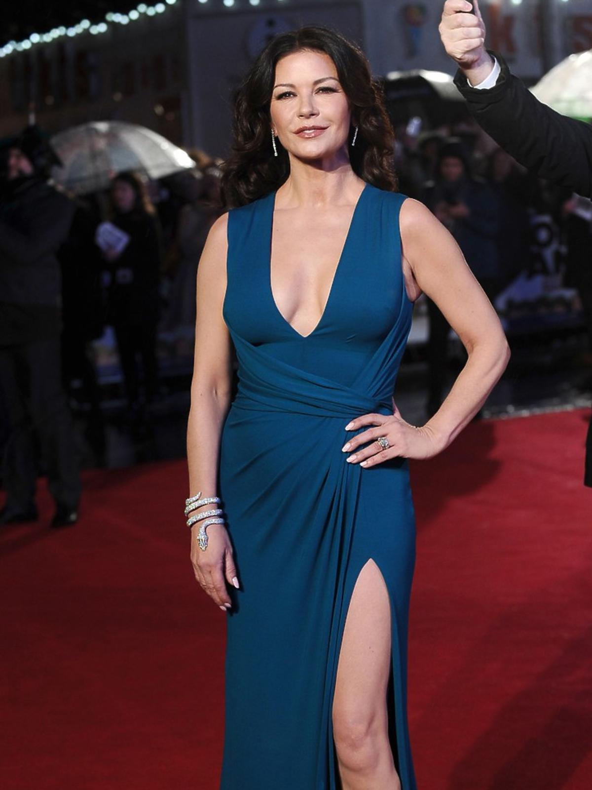 Catherine Zeta-Jones w długiej sukni w niebieskim kolorze