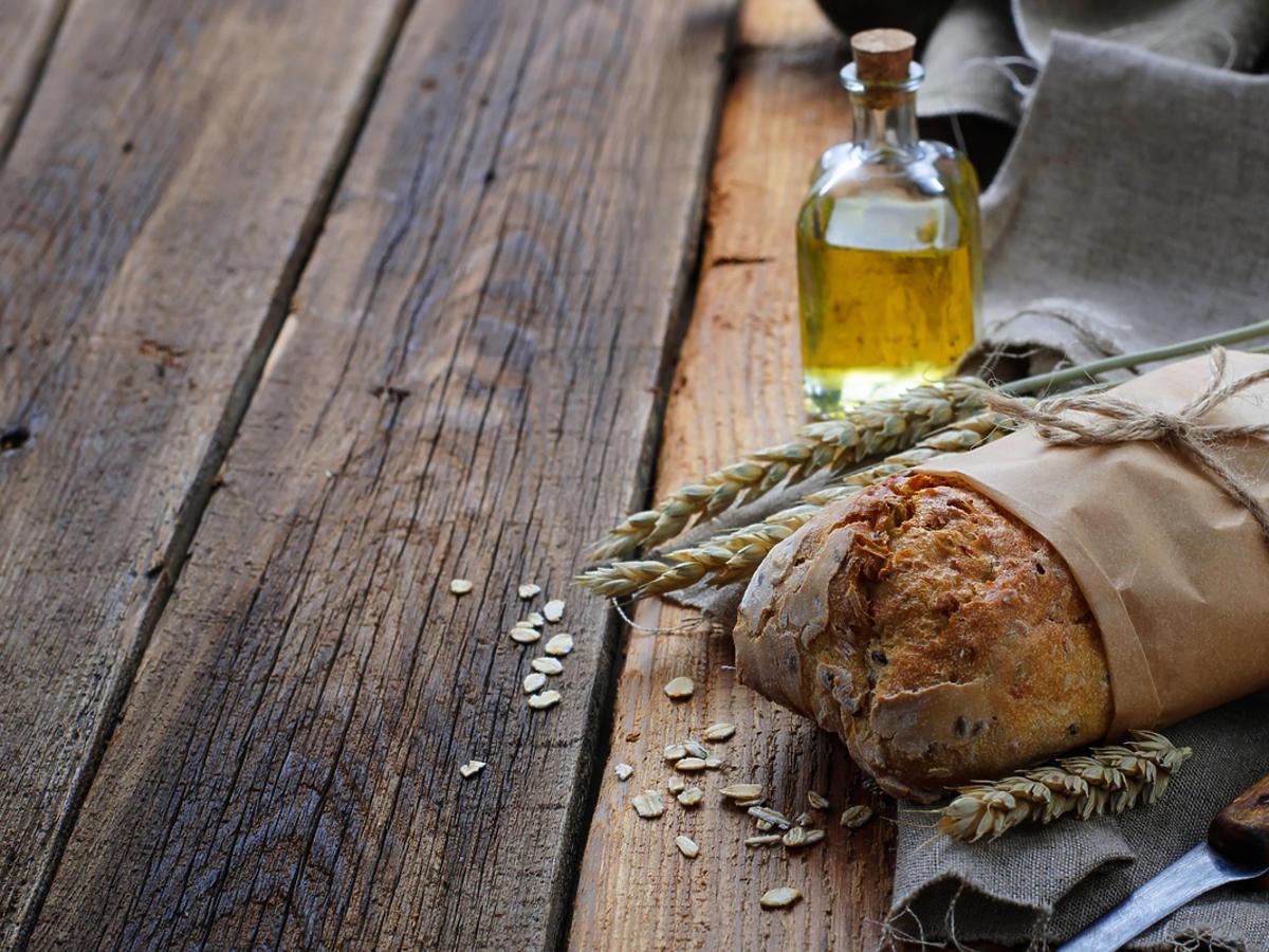 Chleb ciabatta leży na stole.