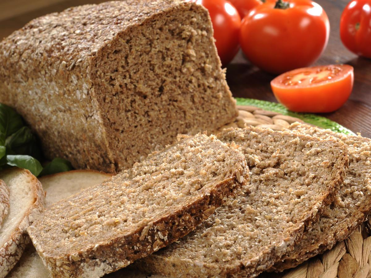 chleb razowy i pomidory