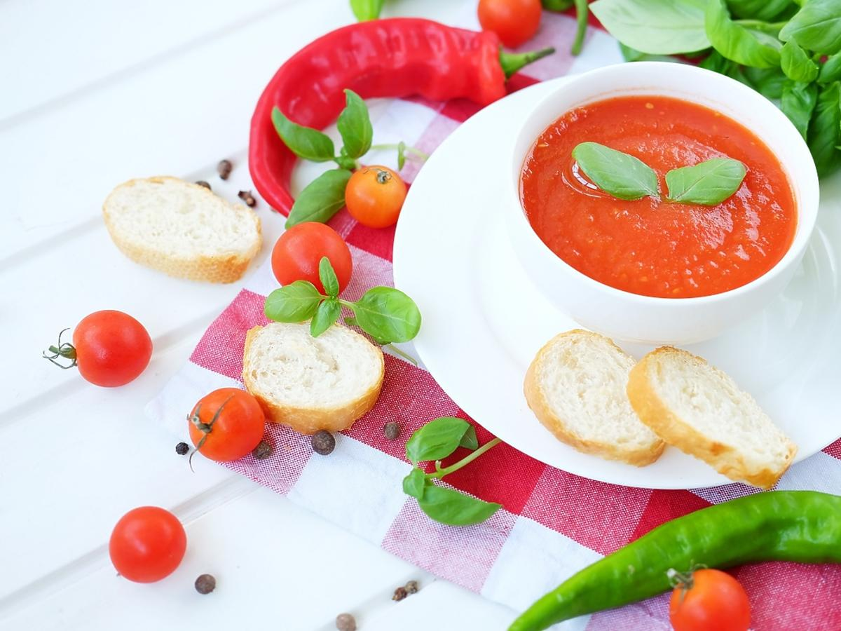 Chłodnik hiszpański z pomidorów podany z natką pietruszki.