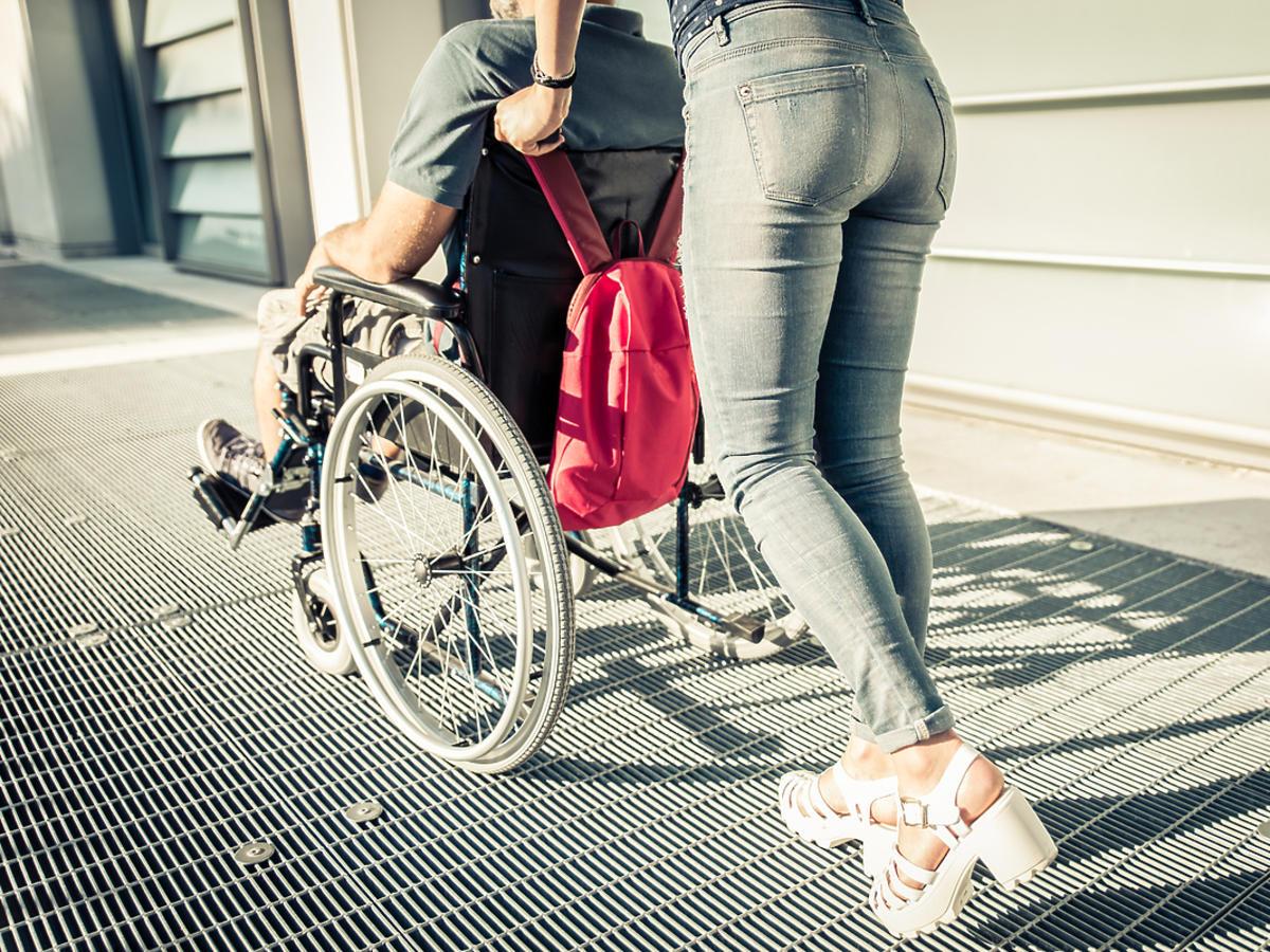 Chłopak na wózku inwalidzkim