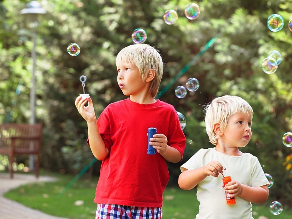 chłopcy bawią się na podwórku