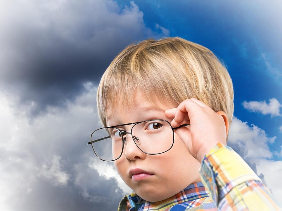 Chłopczyk w za dużych okularach
