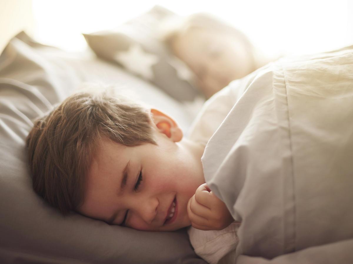 chłopiec, któremu się coś śni