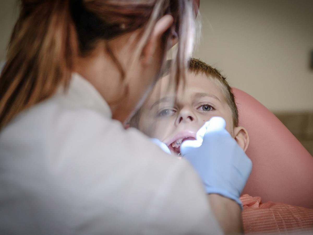 Chłopiec na fotelu dentystycznym