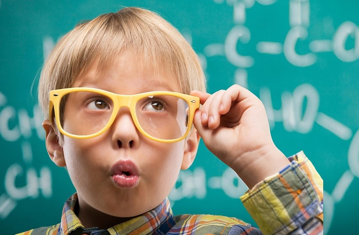 Chłopiec w okularach