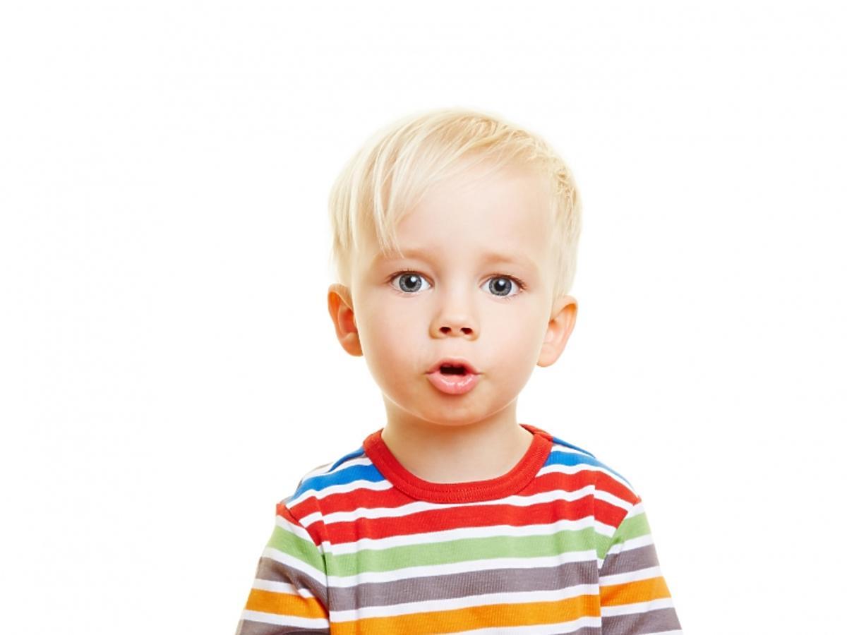 Chłopiec z otwartymi ustami