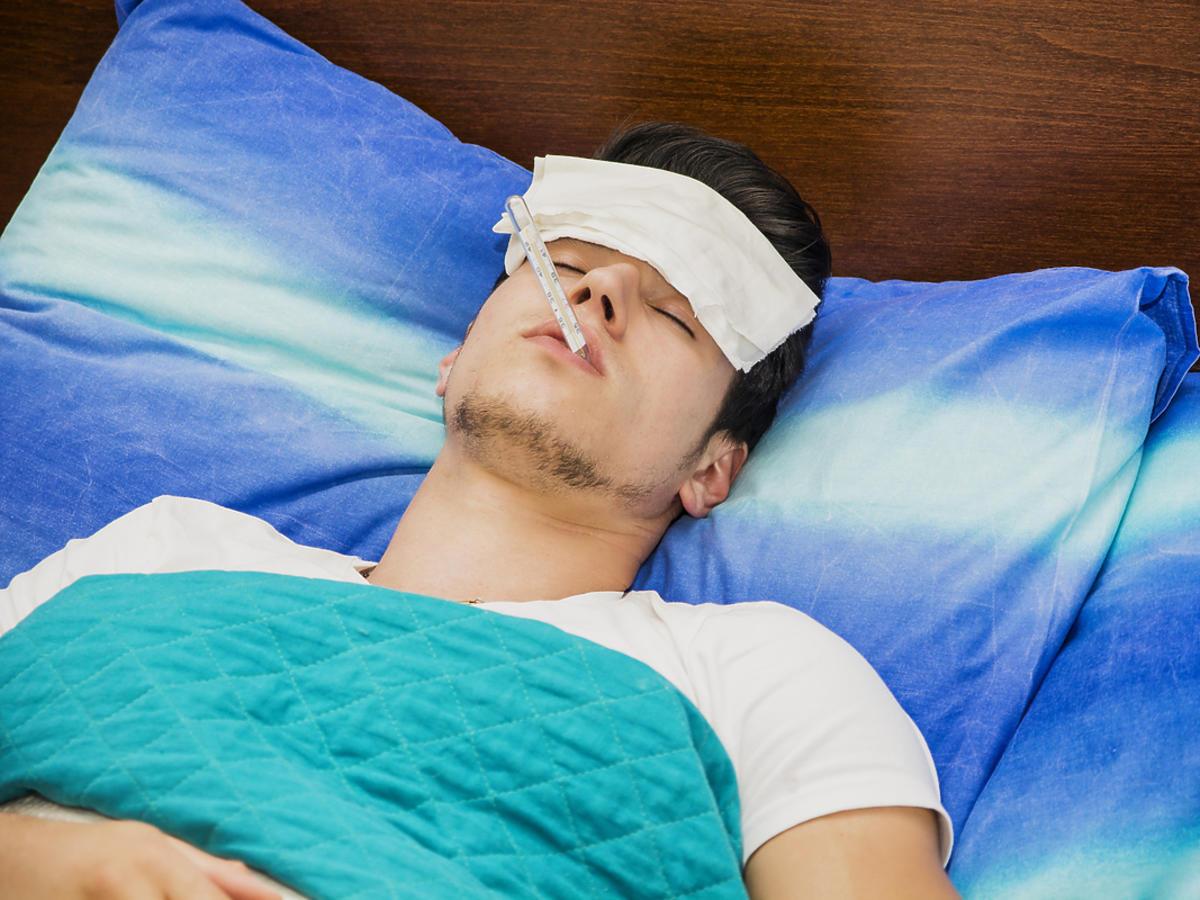 chory mężczyzna leżący w łóżku