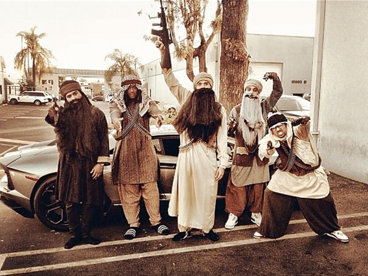 Chris Brown z kumplami na Halloween przebrał się za grupę Talibów