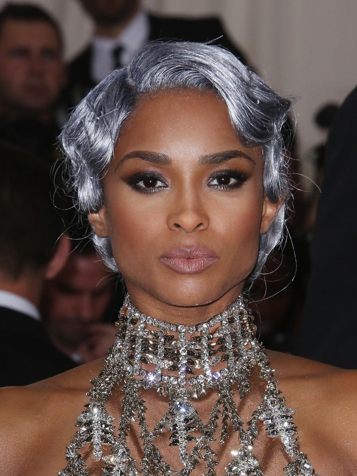 Ciara w srebrnych włosach i sukience