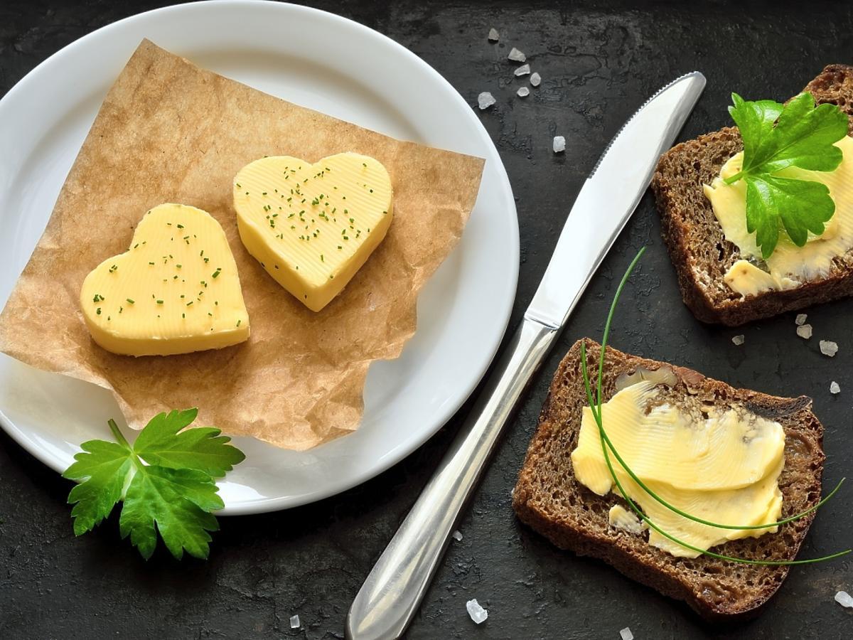 Ciemny chleb posmarowany masłem
