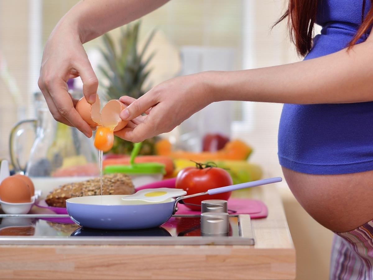 Ciężarna kobieta gotuje