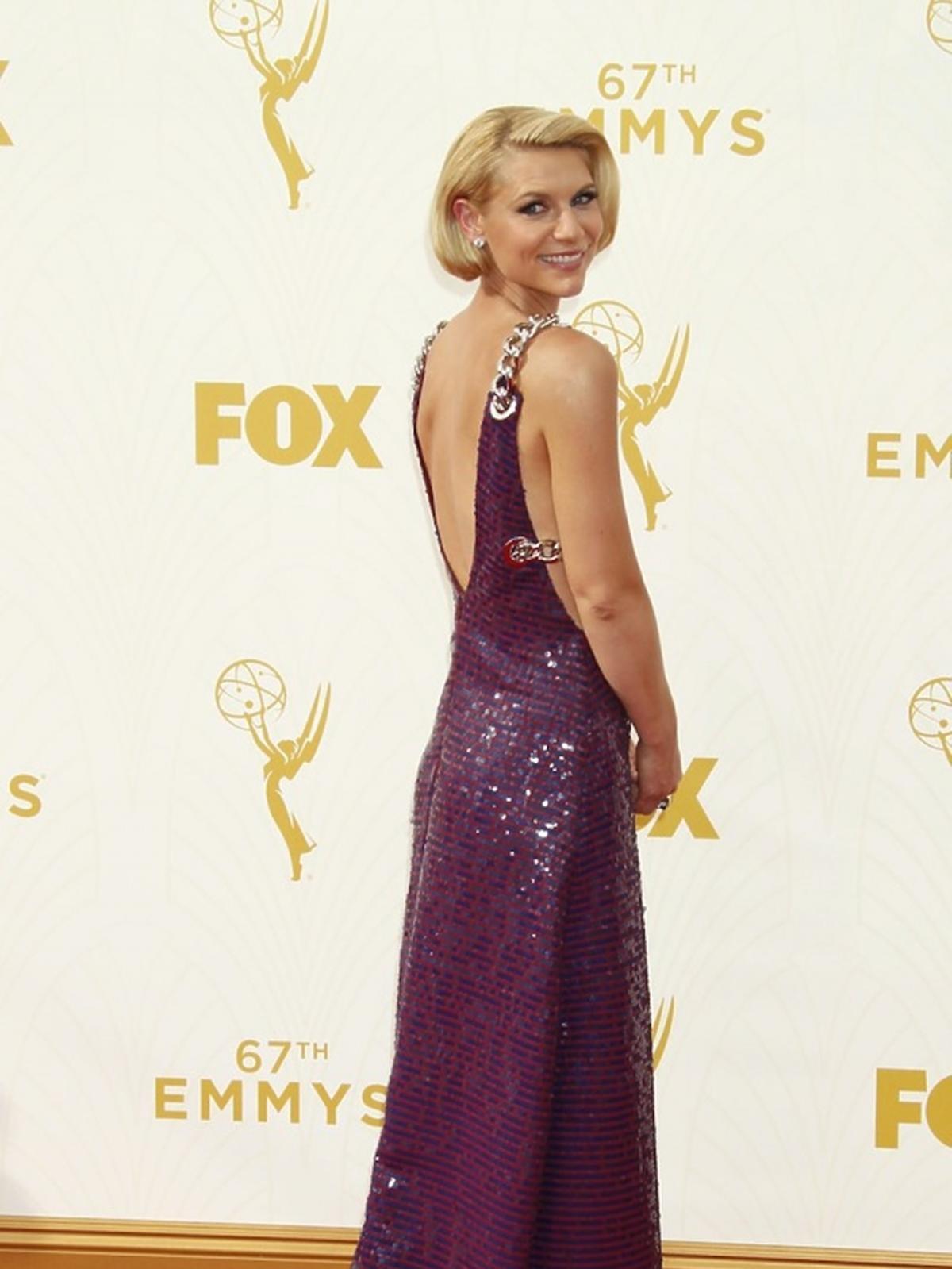 Claire Danes w błyszczącej  bordowej sukience