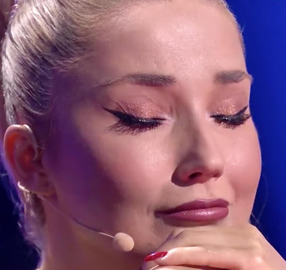 Cleo płacze w