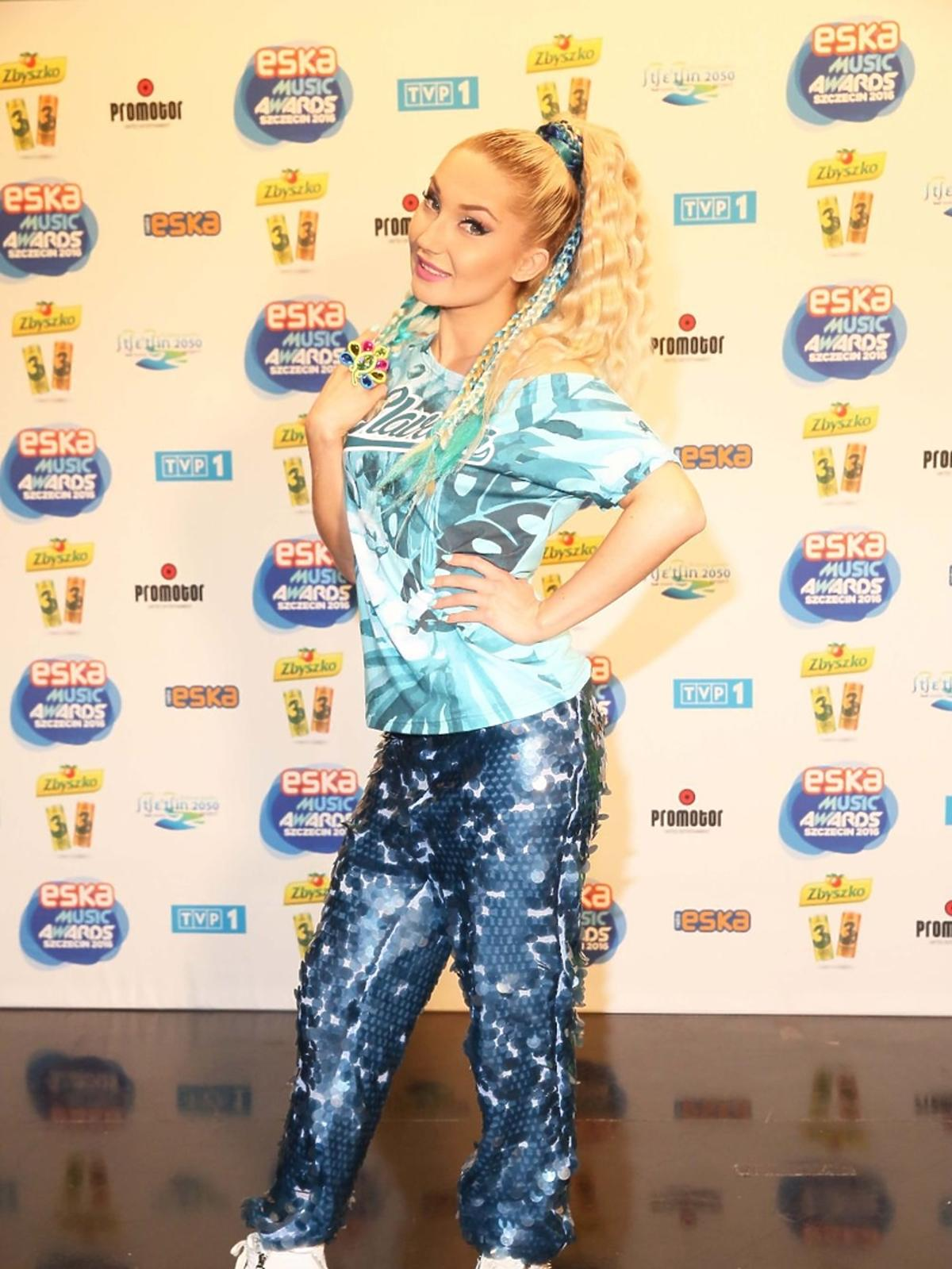 Cleo w cekinowych spodniach