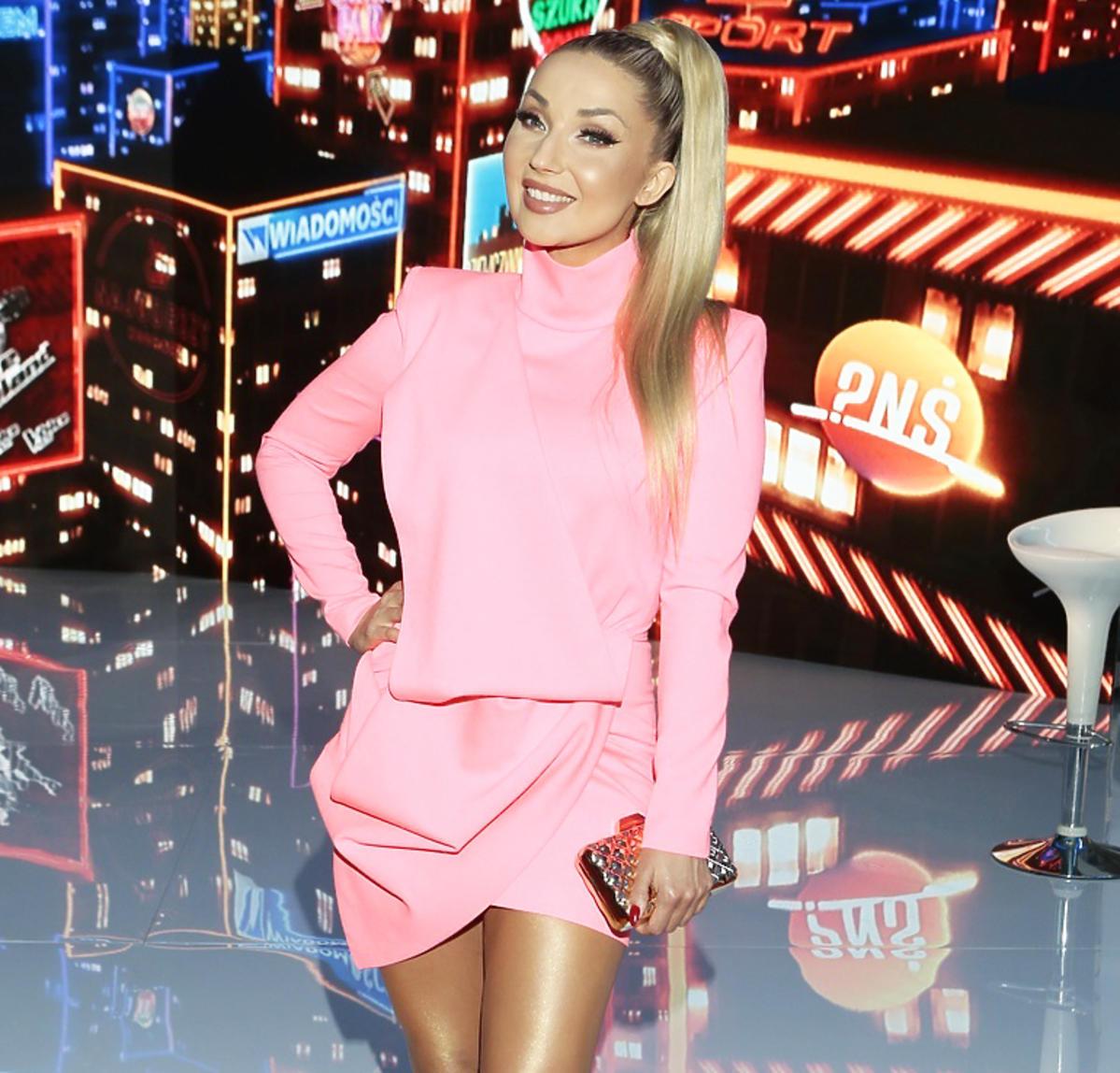 Cleo w różowej sukience na ramówce TVP