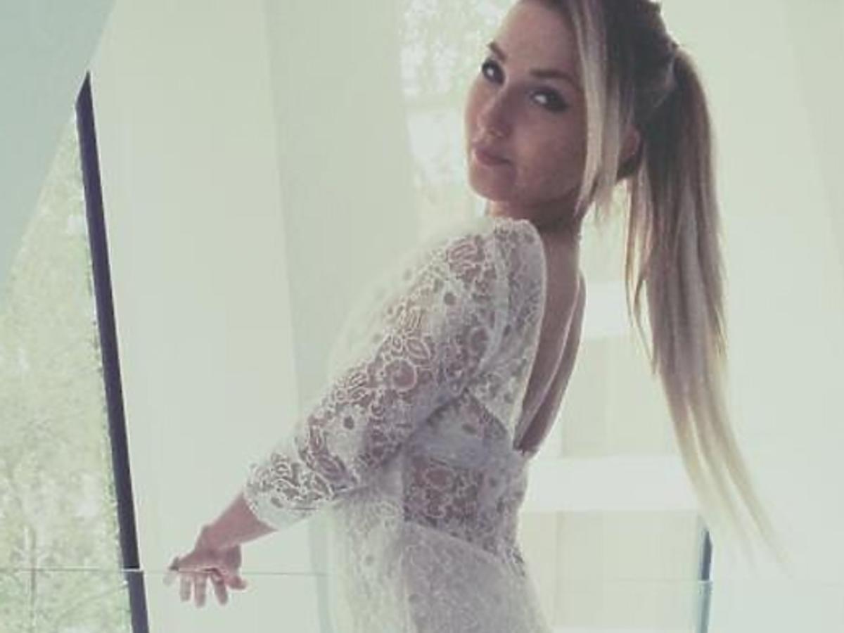 Cleo w sukni ślubnej