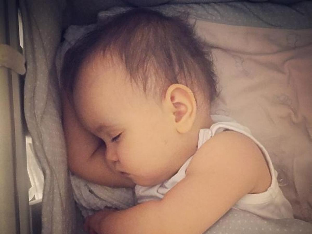 Córka Anny Wendzikowskiej Kornelia śpi w swoim łóżeczku