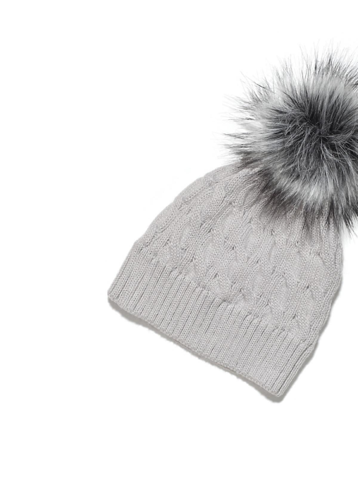 czapka z futrzanym pomponem
