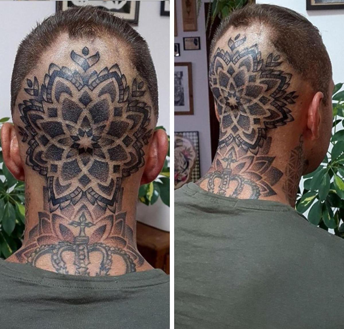 Czarek, tatuaż na głowie
