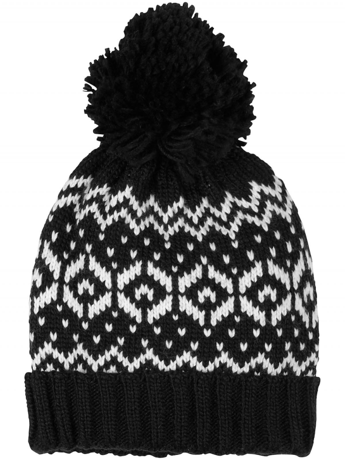 czarna czapka we wzory z pomponem