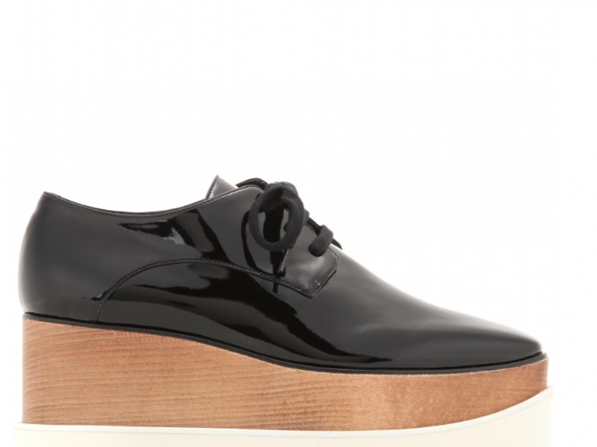 czarne buty na drewnianym koturnie