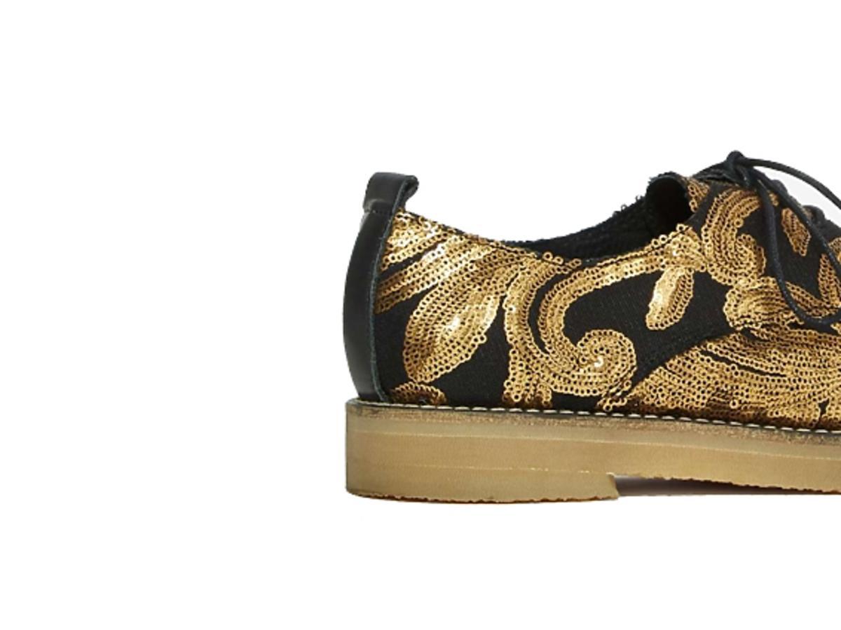 Czarne buty ze zlotymi zdobieniami z cekinów