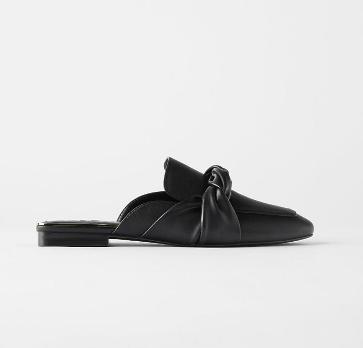 czarne klapki z wyprzedaży Zara