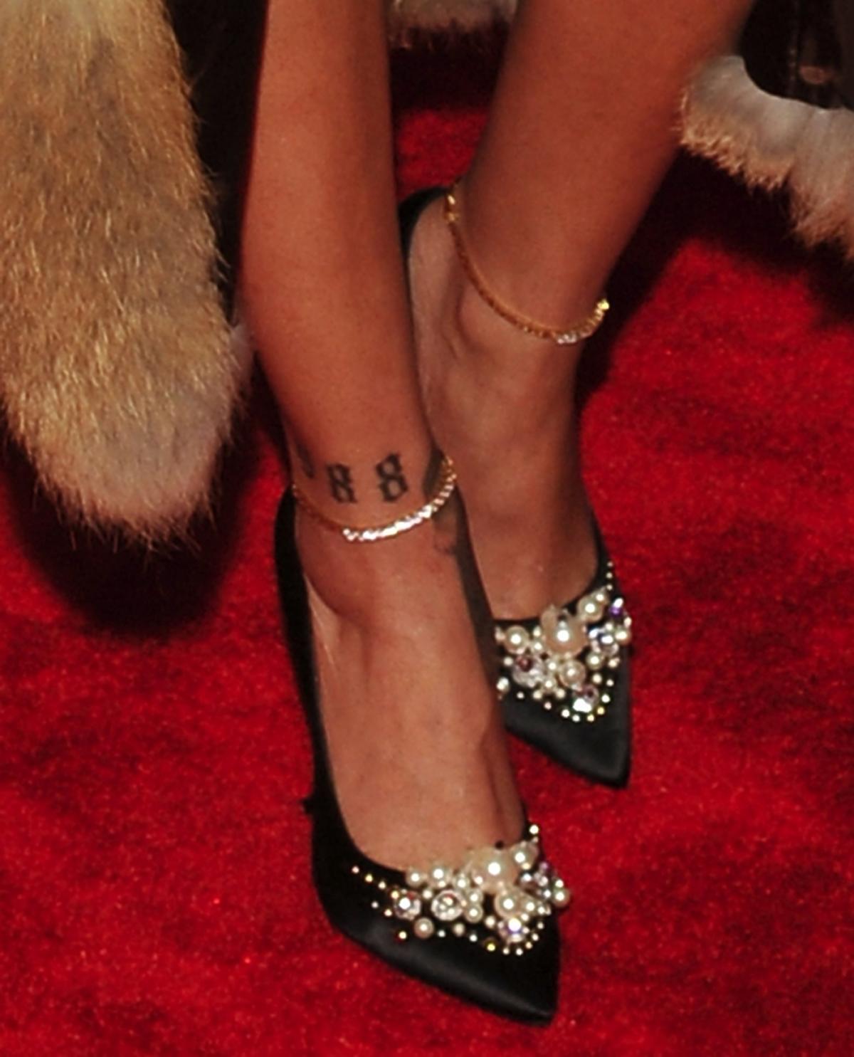 Czarne szpilki Rihanny z perełkami