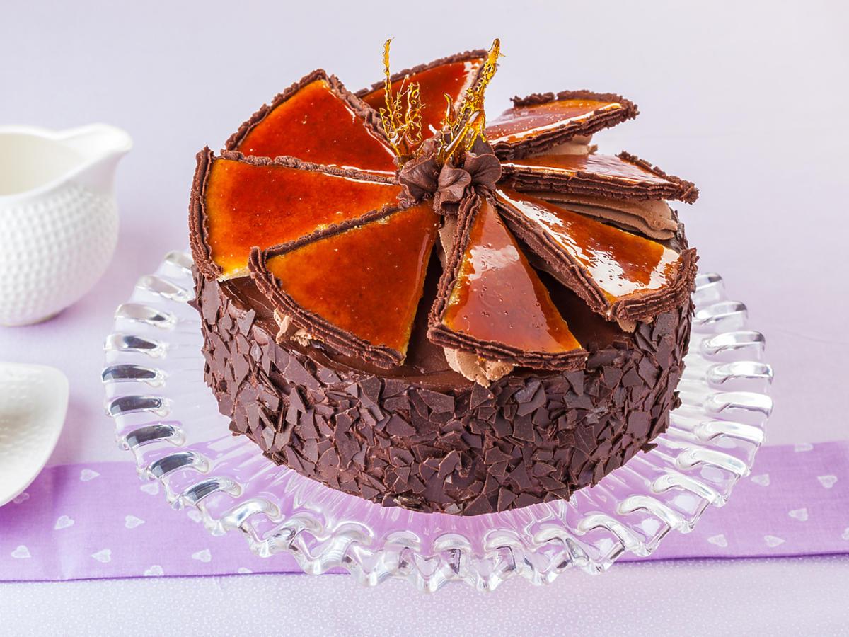 Czekoladowy tort na paterze ze szkła
