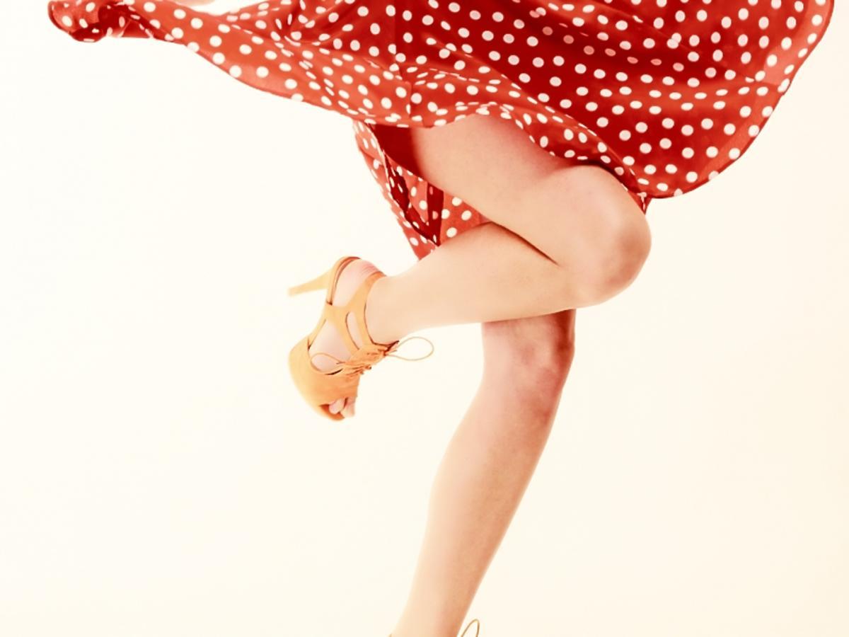 czerwona sukienka i szpilki
