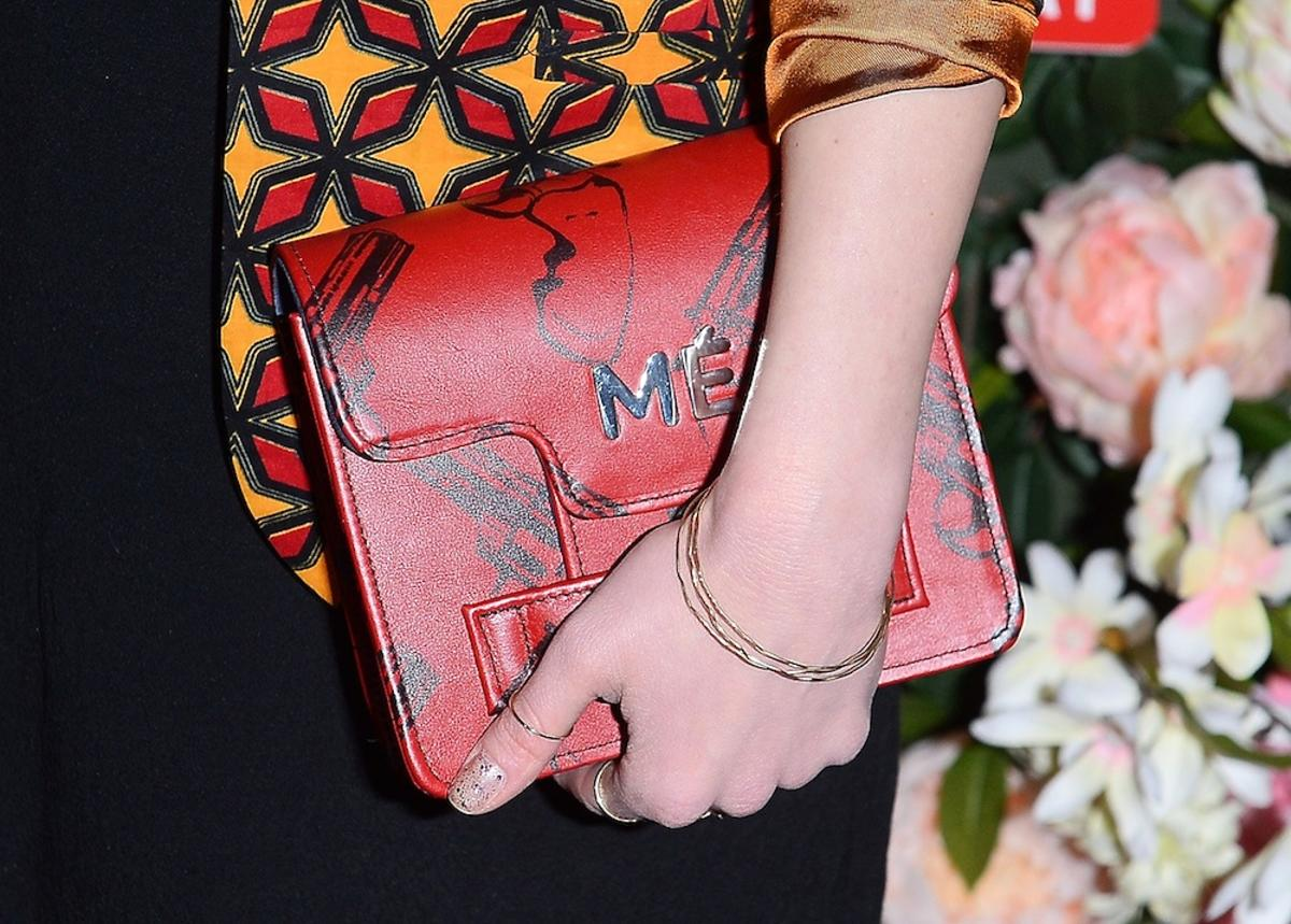 Czerwona torebka w ręku Agnieszki Więdłochy