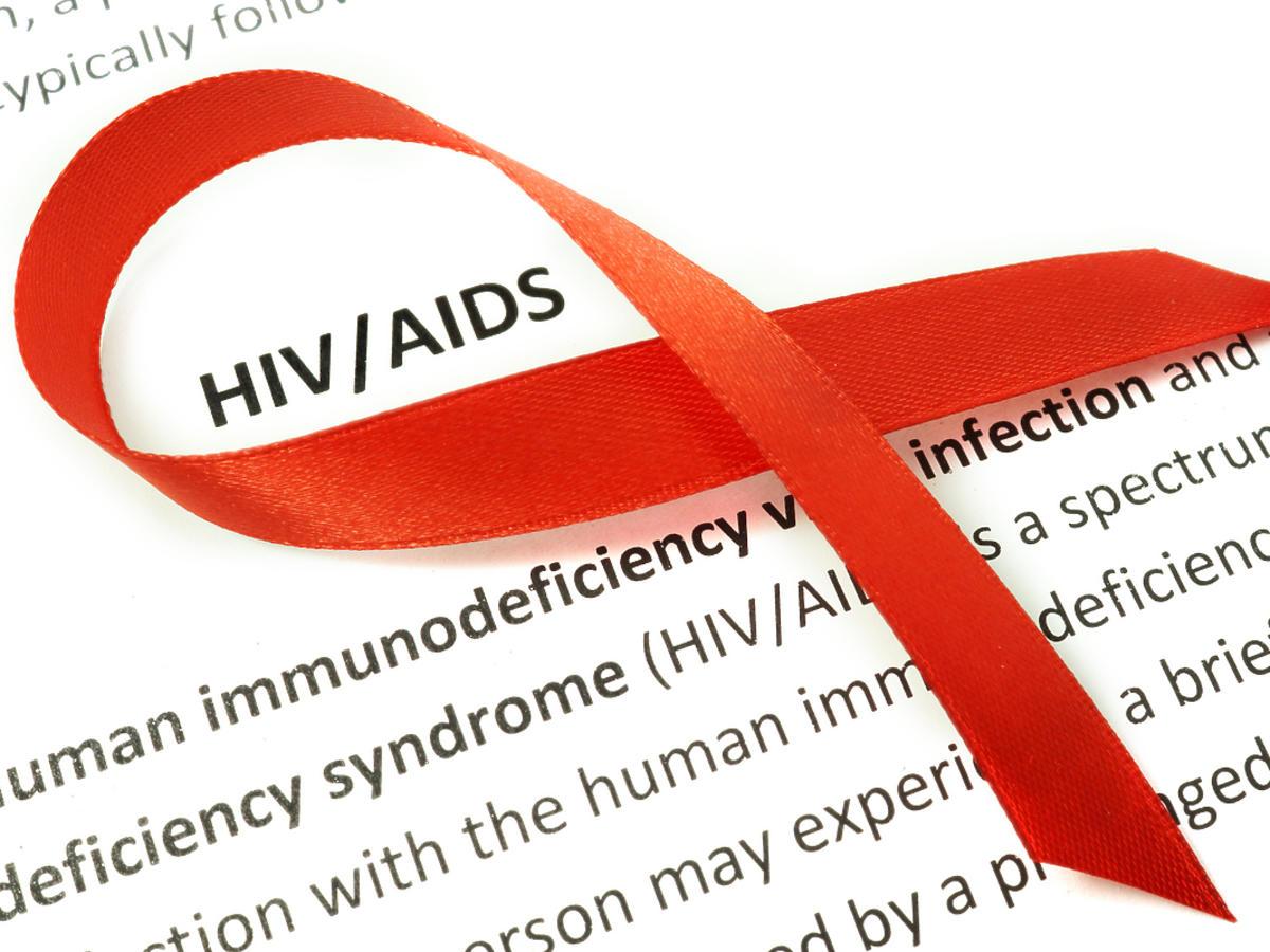 czerwona wstążka - symbol walki z AIDS